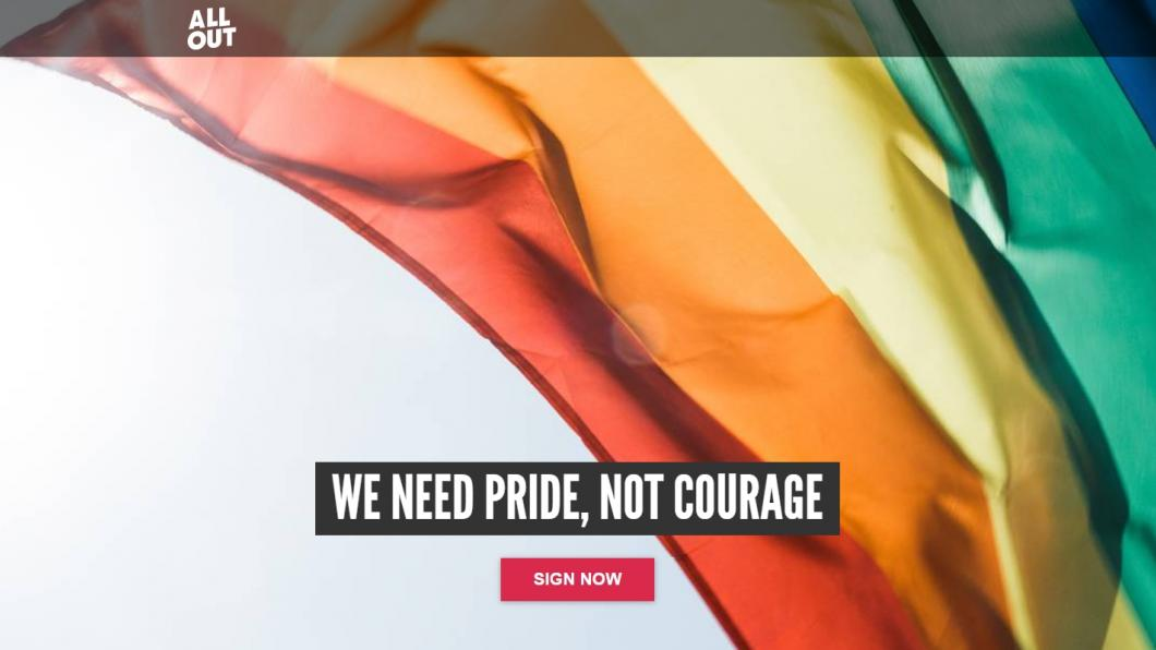 "Wapperende regenboogvlag met de tekst van AllOut: ""We need Pride, not Courage"""